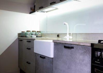 kuchnia z blatem i frontami z betonu