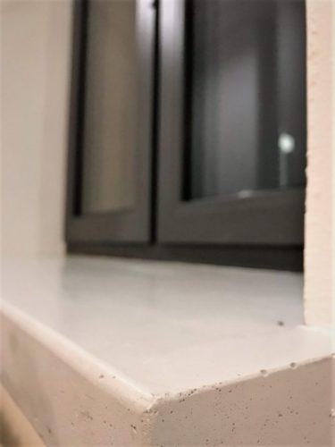 parapet z betonu bialy