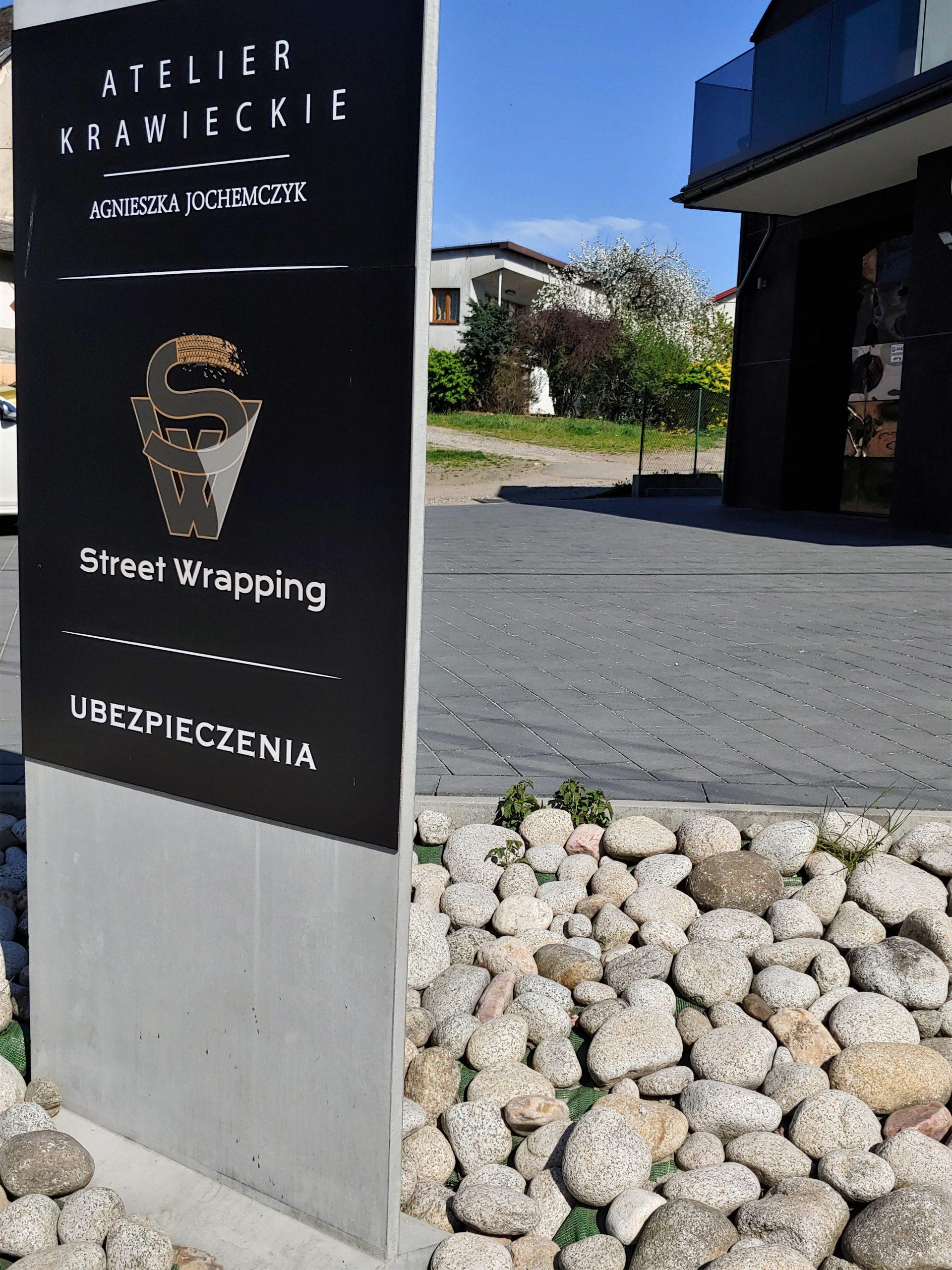 tablica reklamowa z betonu
