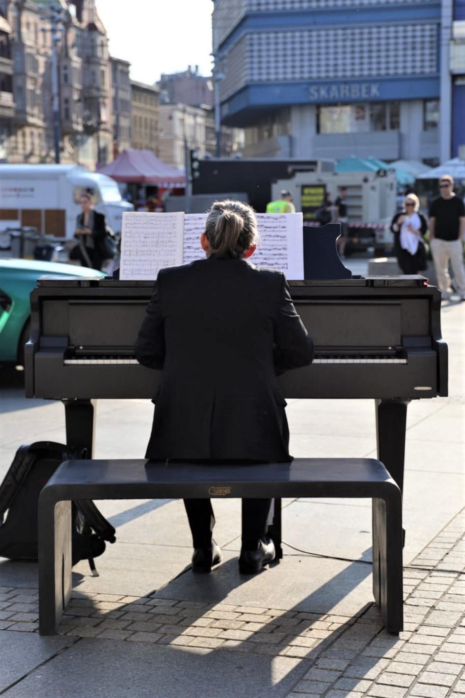 Ławeczka fortepianowa z betonu architektonicznego.