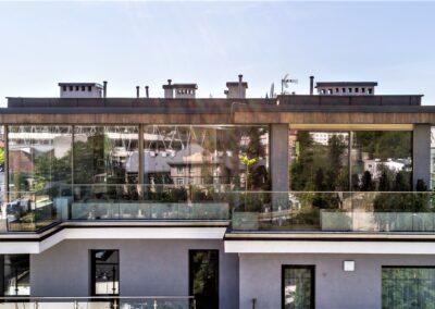 Przeszklona elewacja uzupełniona wstawkami z betonu architektonicznego