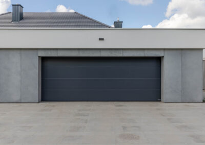 obudowa wjazdu do garażu wykonana w betonie dekoracyjnym