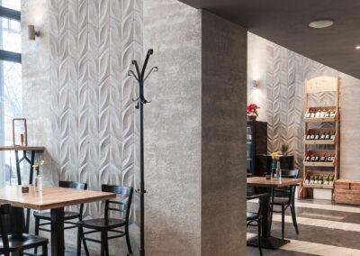Płytka betonowa strukturalna na ścianie restauracji