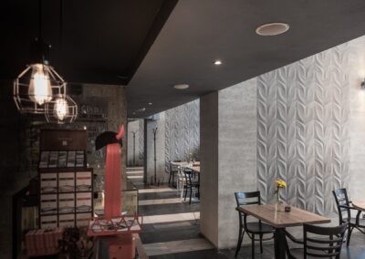 Płytki betonowa na filarach restauracji